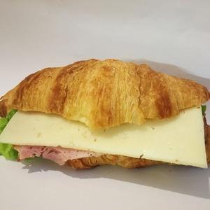 Lielais kruasāns ar sieru un šķiņķi